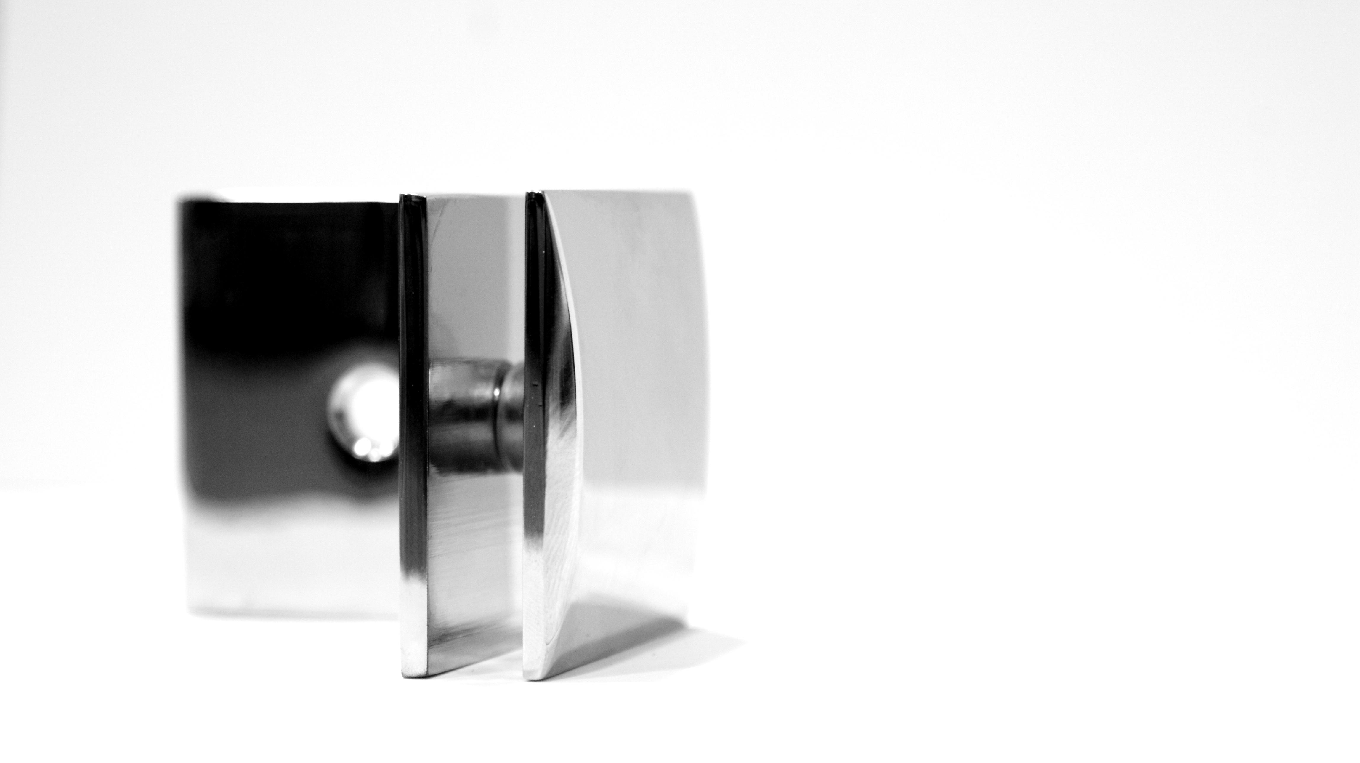 Klamra dedykowana kabinom prysznicowym w wykończeniu połysk
