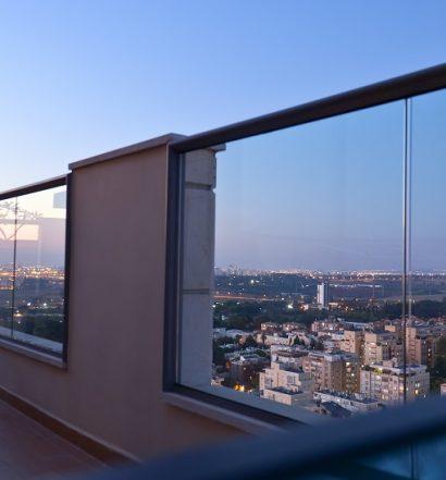 Przeszklony taras - pomysły na aranżację domowego balkonu