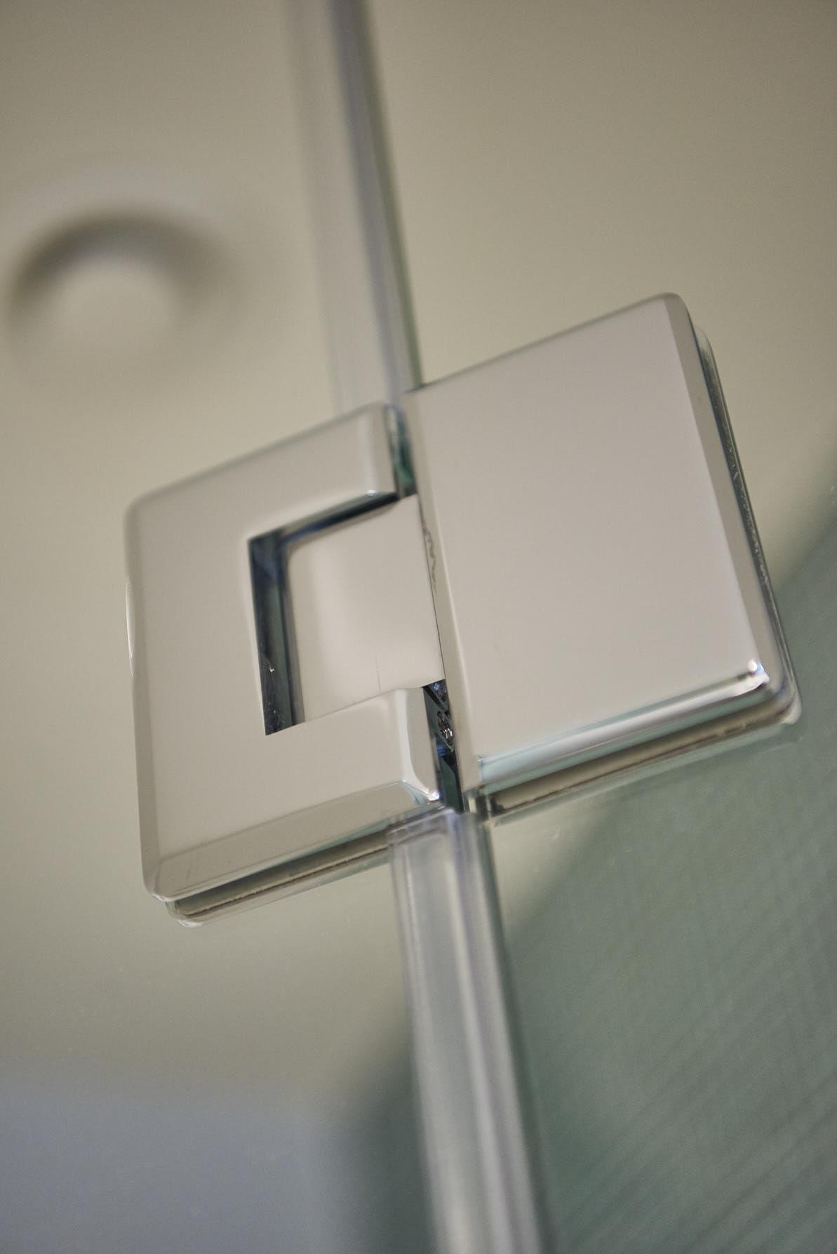 Drzwi kabiny prysznicowej z uszczelkami z serii Budrio, na zawiasach z kolekcji Bologna