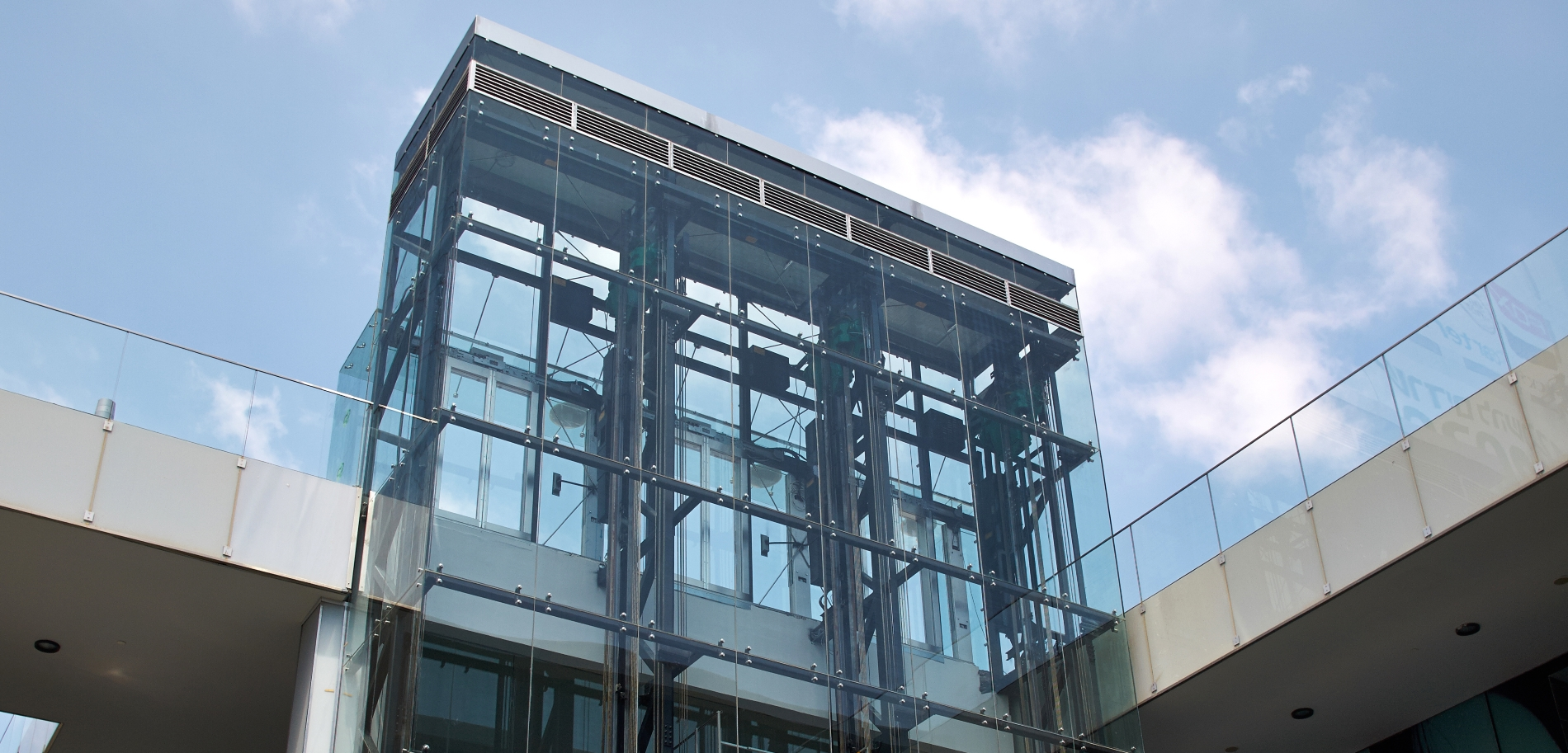 Przeszklony szyb windowy zamocowany z pomocą okuć punktowych